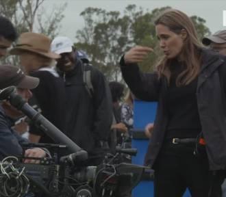 Angelina Jolie zabiera Maddoxa do Kambodży [wideo]