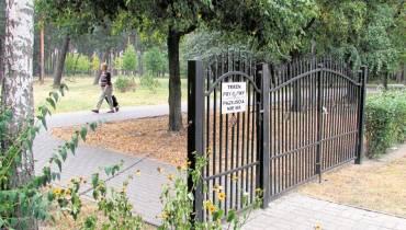 Na Czerkaskiej postawili bramę, ale... bez płotu. Odstraszyli wandali?