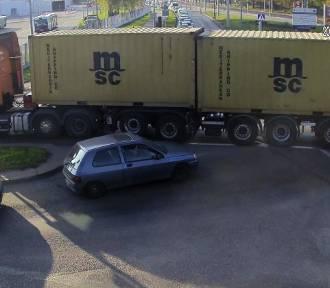 Ciężarówka zablokowała ruch na skrzyżowaniu w Olsztynie [ZDJĘCIA]