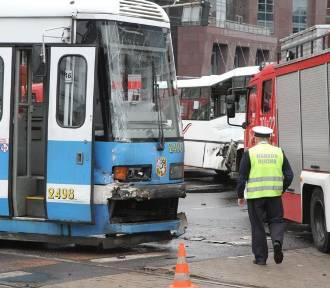 Zderzenie tramwaju z autobusem na pl. Dominikańskim (ZDJĘCIA)
