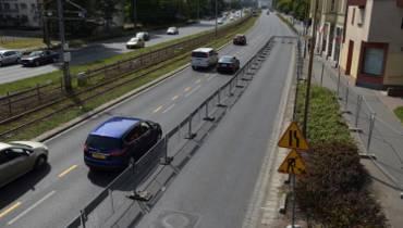Trwa budowa ścieżki rowerowej na ul. Legnickiej. Jeden pas dla samochodów zamknięty [zdjęcia]