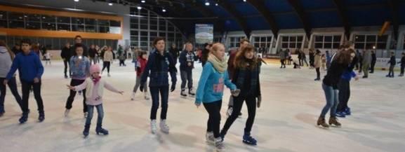 W ferie w Łodzi dzieci i młodzież szkolna za wstęp na lodowiska w godz. 8 - 16 płaci tylko 2 zł.   Codziennie będą czynne lodowiska: - Bombonierka (Stefanowskiego 28) - Retkinia (Popiełuszki 13b)  Jeśli pogoda na to pozwoli, dostępnę będą również lodowiska przenośne: - Wodny Raj (Wiernej Rzeki 2) - Stawy Jana (Rzgowska 247)  Codziennie zaprasza również pływalnia Wodny Raj (wstęp 2 zł)