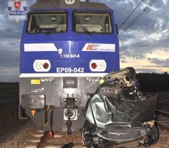 25-latek przeżył zderzenie z pociągiem, który pchał przed sobą jego auto przez 800 metrów!