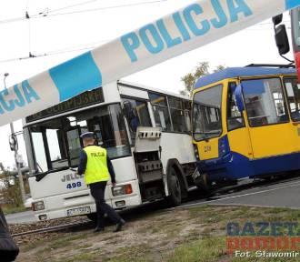 Wypadek w Toruniu. 11 osób poszkodowanych po zderzeniu tramwaju z autobusem [ZDJĘCIA]