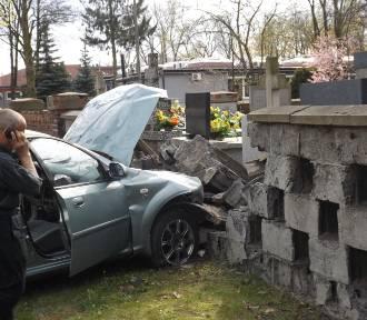 """Wypadek na Kobylińskiego. Kierowca """"śćiął"""" sygnalizację świetlną i uderzył w cmentarz"""