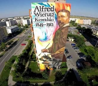 Mural z Alfredem Wieruszem-Kowalskim z lotu ptaka [WIDEO]
