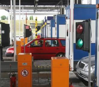 Samochodem staranował bramki na A4