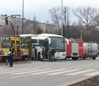 Tramwaj zderzył się z autobusem na Aleksandrowskiej w Łodzi