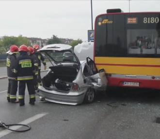 Wypadek w Warszawie. BMW uderzyło w autobus [WIDEO]