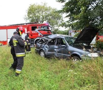 Dwa takie same wypadki. Kierowcy uderzyli w drzewo [ZDJĘCIA]