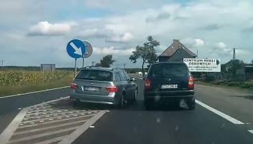 """Zabrakło centymetrów. Pirat z BMW na niemieckich rejestracjach szarżował po krajowej """"11"""" [WIDEO]"""