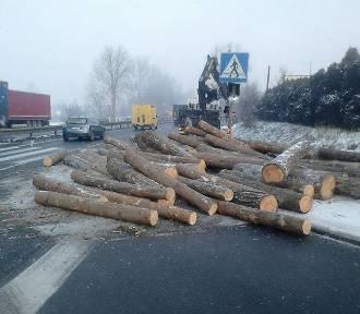 Drewniane bale posypały się na DK1 [ZDJĘCIA]