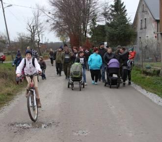 Gm. Postomino: Wieś walczy o remont drogi powiatowej [ZDJĘCIA, wideo]  - krytykują starostę