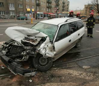Wypadek na Puławskiej. Potrąciła syna i wpadła na tory tramwajowe [WIDEO]