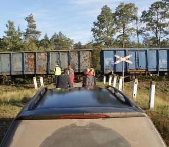 Groźne zdarzenie na niestrzeżonym przejeździe kolejowym. Pociąg uderzył w mercedesa