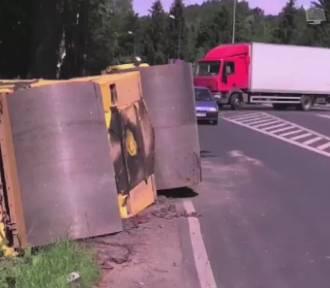 Jelenia Góra: Walec o wadze 13 ton spadł z lawety. Kierowca się śpieszył (FILM)