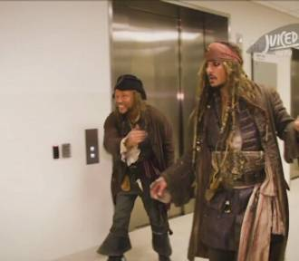Johnny Depp zakłada kostium legendarnego Jacka Sparrowa w szczytnym celu [wideo]