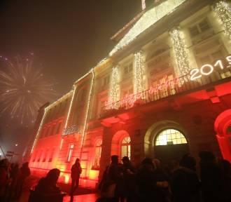 Sylwester w Płocku. Wielu mieszkańców zdecydowało się powitać Nowy Rok przed Ratuszem