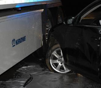 Wypadek w Werblini 18.11.2015. Golf zderzył się z tirem | ZDJĘCIA, WIDEO