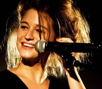 Urocza Selah Sue wystąpiła w Warszawie. Zdjęcia z koncertu