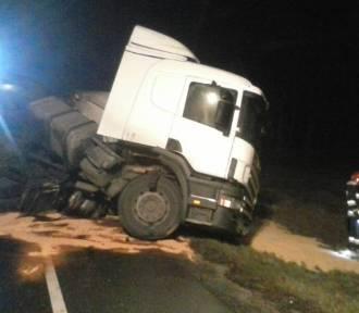 W Oleśnicy przewróciła się ciężarówka z paszą