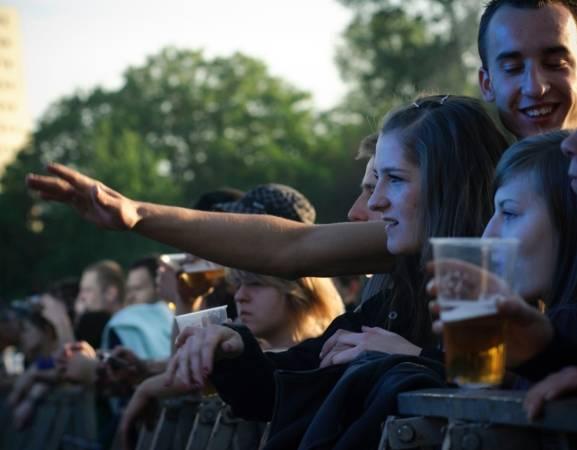 W tym roku Niezależne Zrzeszenie Studentów (NZS) świętuje 35-lecie swojej działalności. W związku z tym w czwartek, 1 października, na specjalnie postawionym na tę okazję namiocie na Placu Defilad, odbędzie się specjalny koncert pt. Trzymaj Pion 2. Podczas niego muzycy, m.in. Fisz Emade, O.S.T.R. Organek czy Taco Hemingway, odtworzą historię studenckiej organizacji. Nad artystyczną jakością wydarzenia czuwa Hirek Wrona.