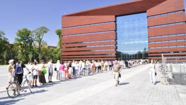 Tłumy w kolejce po bilety do Narodowego Forum Muzyki [ZDJĘCIA]
