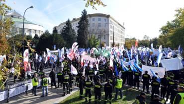 Protest służb mundurowych, Warszawa. Sprzeciwiają się zbyt niskim pensjom [ZDJĘCIA]