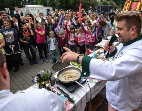Koncerty, efektowne pokazy kulinarne, degustacje - Festiwal Jabłka i Cydru w Plażowej to doskonała okazja do pożegnania wakacji w mieście. Podczas imprezy będzie można skosztować jabłek z różnych stron świata. W Plażowej powstaną specjalne strefy relaksu i rekreacji. Po całym tygodniu pracy i gonitwy będzie można odpocząć na miękkich leżakach i wygodnych hamakach, na których będzie można bujać się w rytm pobrzmiewającej w tle festiwalowej muzyki. Sceną festiwalu zawładną dwa odkrycia polskiej sceny muzycznej zespoły: duet The Dumplings oraz Hatti Vatti feat. Misia Furtak.  [b]Szczegółowe informacje na temat imprezy [a]http://warszawa.naszemiasto.pl/artykul/festiwal-jablka-i-cydru-w-plazowej-stworz-wlasna-kompozycje,3488056,artgal,t,id,tm.html;TUTAJ[/a].[/b]