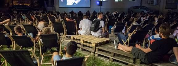 Od środy do niedzieli odbywają się projekcje filmów z 5 bloków tematycznych:  Środa-Kino Festiwalowe Czwartek- Kino Ze Sportem w Tle Piątek- Kino Blockbusters Sobota- Kino Ze Spluwą Niedziela - Nie lubię poniedziałków   miejsce: kawiarnia BAL Wstęp wolny.