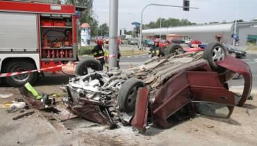 Wypadek na ul. Szybowcowej. Auto dachowało pod DH Astra [zdjęcia]