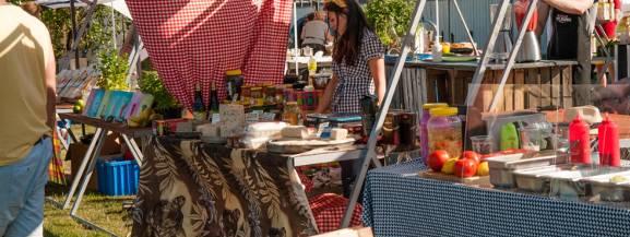 Slow Market to weekendowy targ kulinarny nad Wisłą. Znajdziecie go obok klubów Plac Zabaw i Barka. Domowe wędliny, nabiał, pieczywo, warzywa i owoce - swoje produkty zaprezentuje pięćdziesięciu lokalnych producentów żywności oraz stołeczne lokale gastronomiczne.  12.07 (sobota-niedziela), godz. 11:00-19:00 Skwer Kahla, przy wyjściu z Metra Centrum Nauki Kopernik   [b]Zobacz także: [a]http://warszawa.naszemiasto.pl/artykul/slow-market-nad-wisla-warto-przyjsc-tu-nie-tylko-po-zdrowa,3408361,artgal,t,id,tm.html;Slow Market nad Wisłą. Warto przyjść tu nie tylko po zdrową żywność[/a][/b]