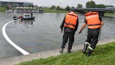 Kraków. Strażacy usuwają plamę na Wiśle [ZDJĘCIA]