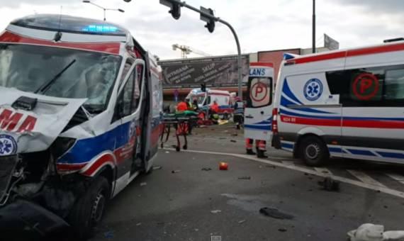 Wypadek karetki w Elblągu: zginęła jedna osoba [wideo]