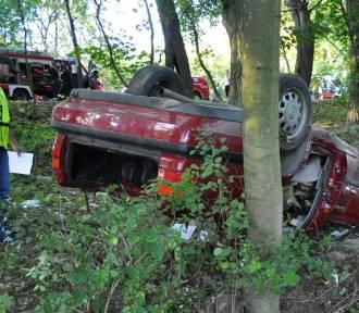 Groźny wypadek w Waćmierku. Nietrzeźwy kierowca dachował w rowie