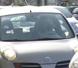 Kobiety za kierownicą się nudzą... Co wtedy robią ? [WIDEO, ZDJĘCIA]