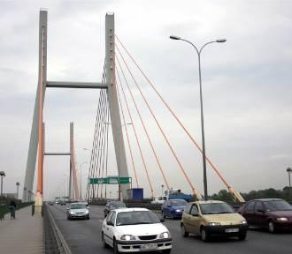 Korek na Trasie Siekierkowskiej. Na moście doszło do dwóch wypadków