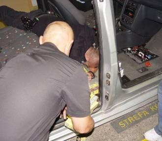 Przemyt papierosów ukryty w podłodze samochodu [ZDJĘCIA]