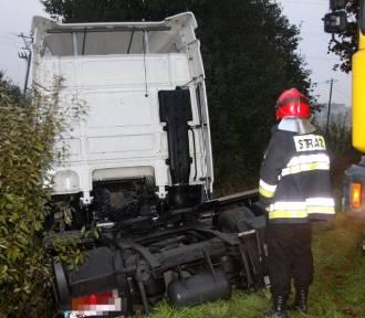 Sławno: Ciężarówka wjechała do rowu [ZDJĘCIA]