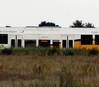 Wypadek na przejeździe kolejowym. Kobieta kierująca autem osobowym wjechała w szynobus