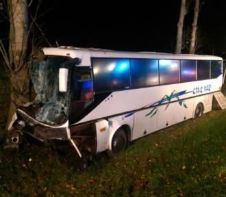 Śmiertelny wypadek w Kiezmarku. Samochód osobowy zderzył się z autobusem [ZDJĘCIA]