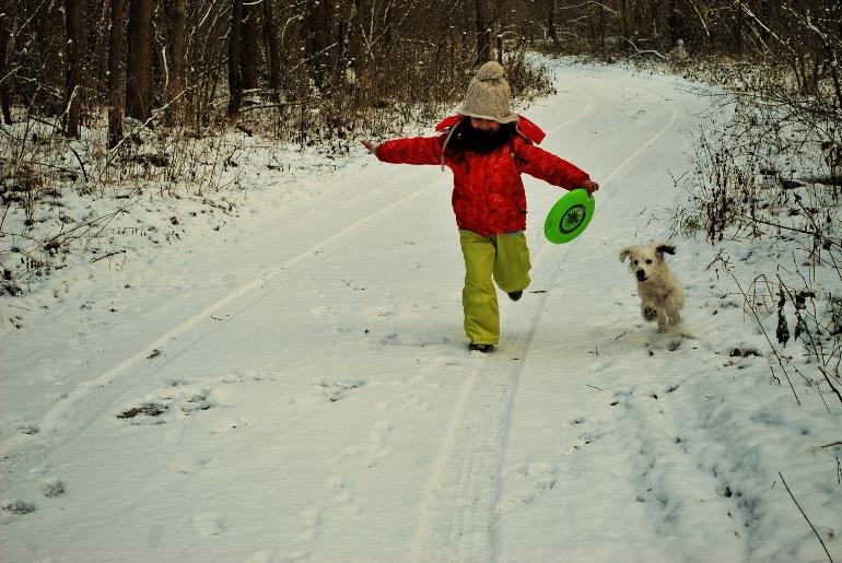 Dziecko+ zima+ pies+ frisbee = pełnia szczęścia