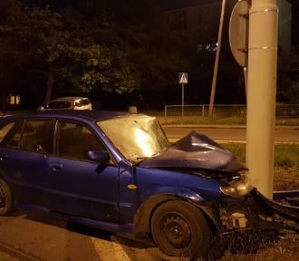 Mazda uderzyła w słup. Pijani opiekunowie zabrali dziecko i uciekli