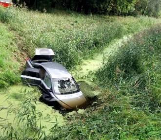 Osobówka wypadła z drogi wprost do rowu z wodą