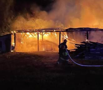 30 strażaków gasiło pożar w Bielsku. Paliła się stodoła oraz budynek gospodarczy