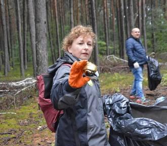 Akcja sprzątania śmieci w Bełchatowie. Wolontariusze posprzątali las