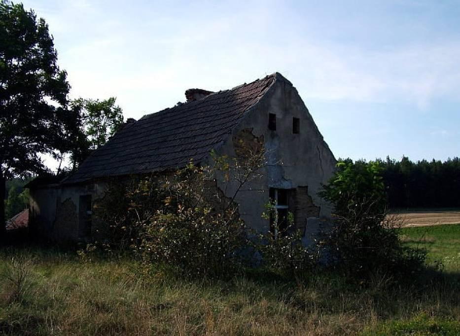 Jeden z nielicznych ocalałych domów z błota