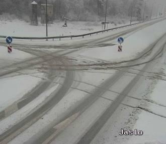 Zima wróciła na małopolskie drogi. Duże problemy kierowców