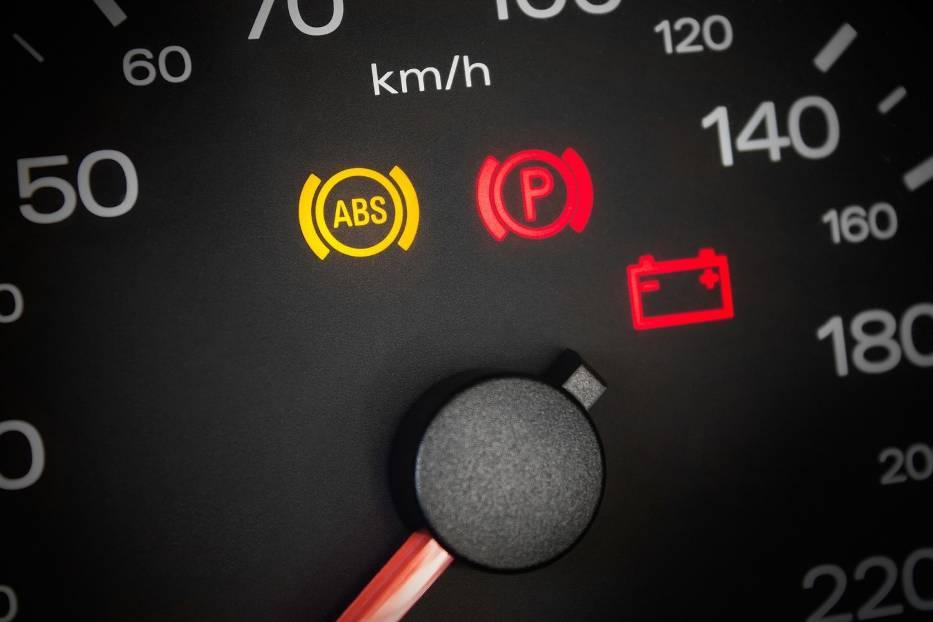 Co oznaczają kontrolki na desce rozdzielczej? Sprawdź, by nie spanikować, gdy zapalą się w twoim samochodzie