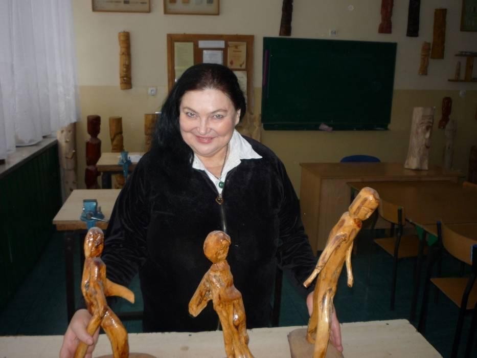 Aktorka w pracowni rzeźby
